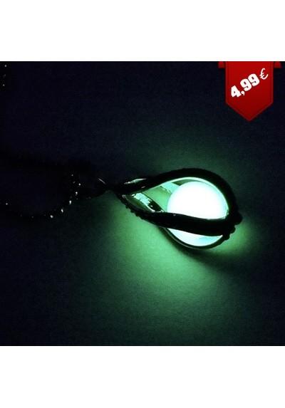 Collier avec pendentif qui brille dans le noir
